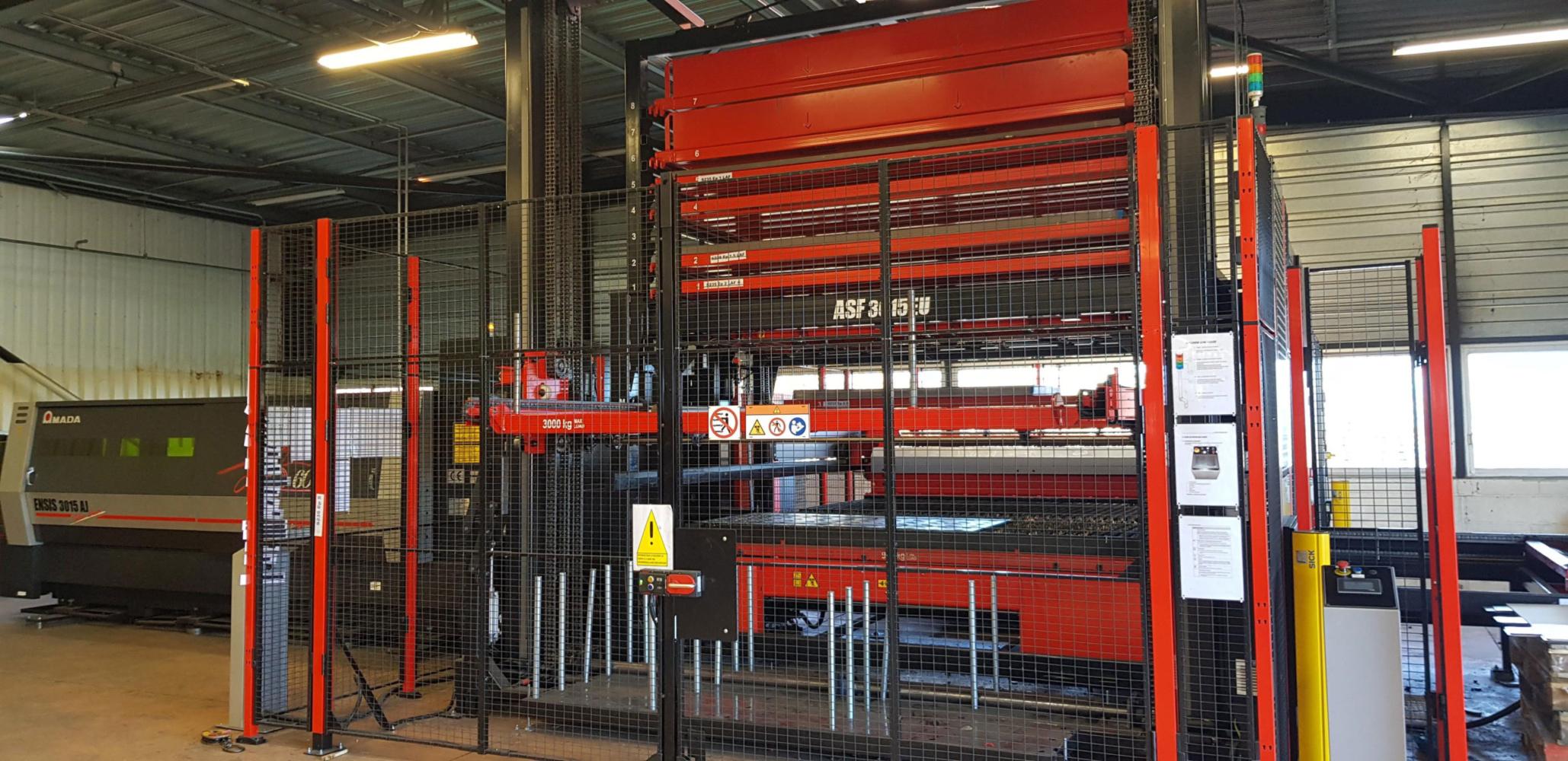 Une machine réalisant de la découpe laser sur acier