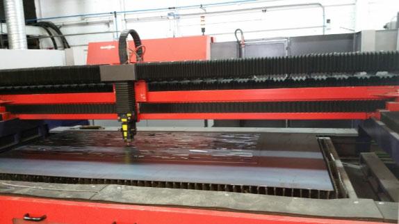 Une machine de découpe laser